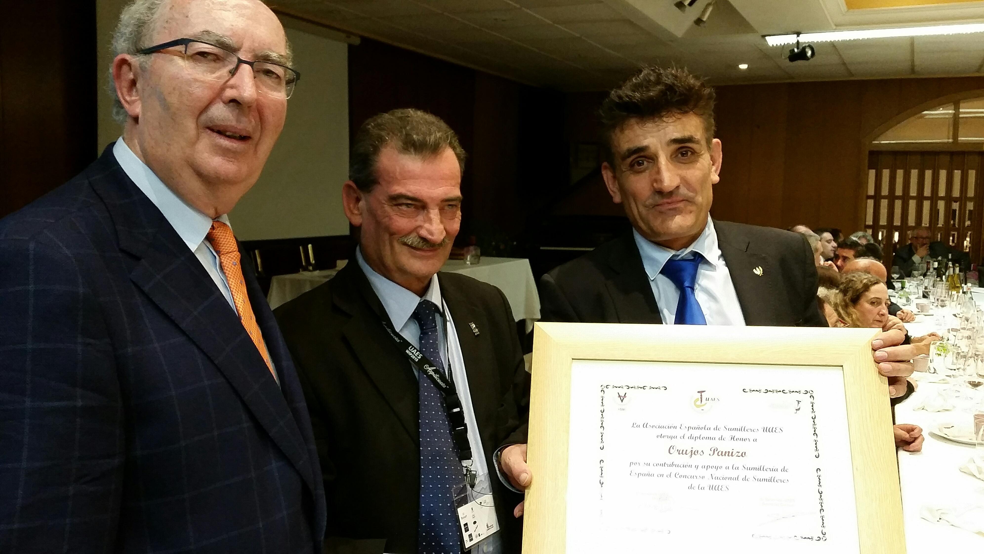 Entrega del diploma de honor de la UAES a  Orujos Panizo